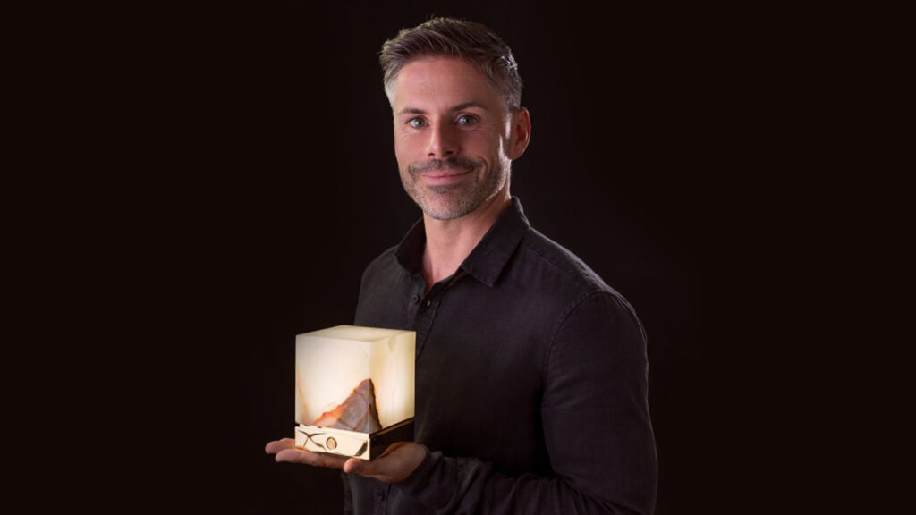 Andreas Rauwolf founder of luxonum holds a onyx designer lamp ITSU One