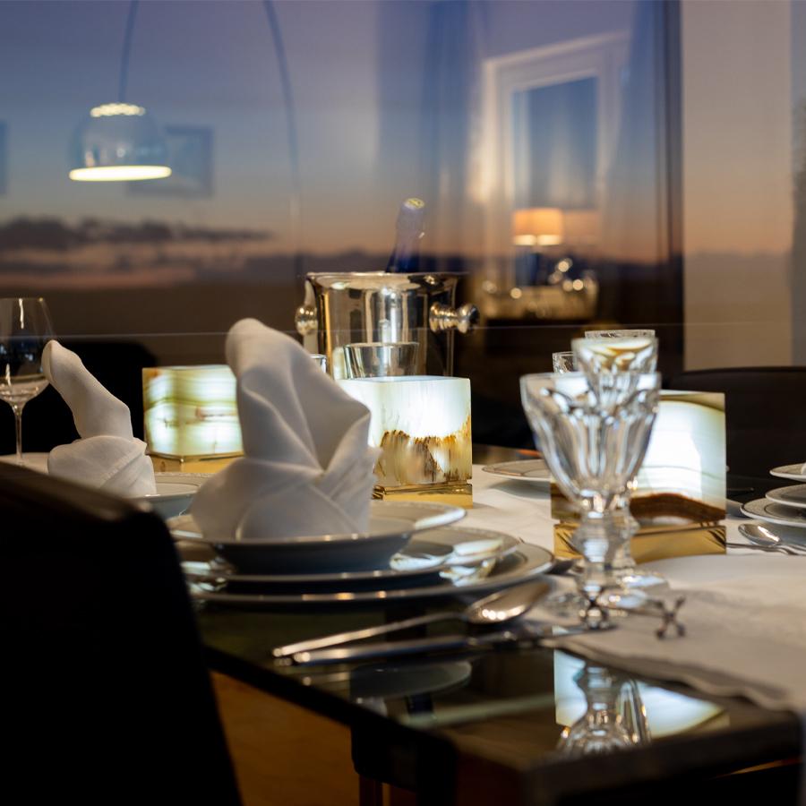 Onyx Designer Lamp ITSU Trio on dinner table